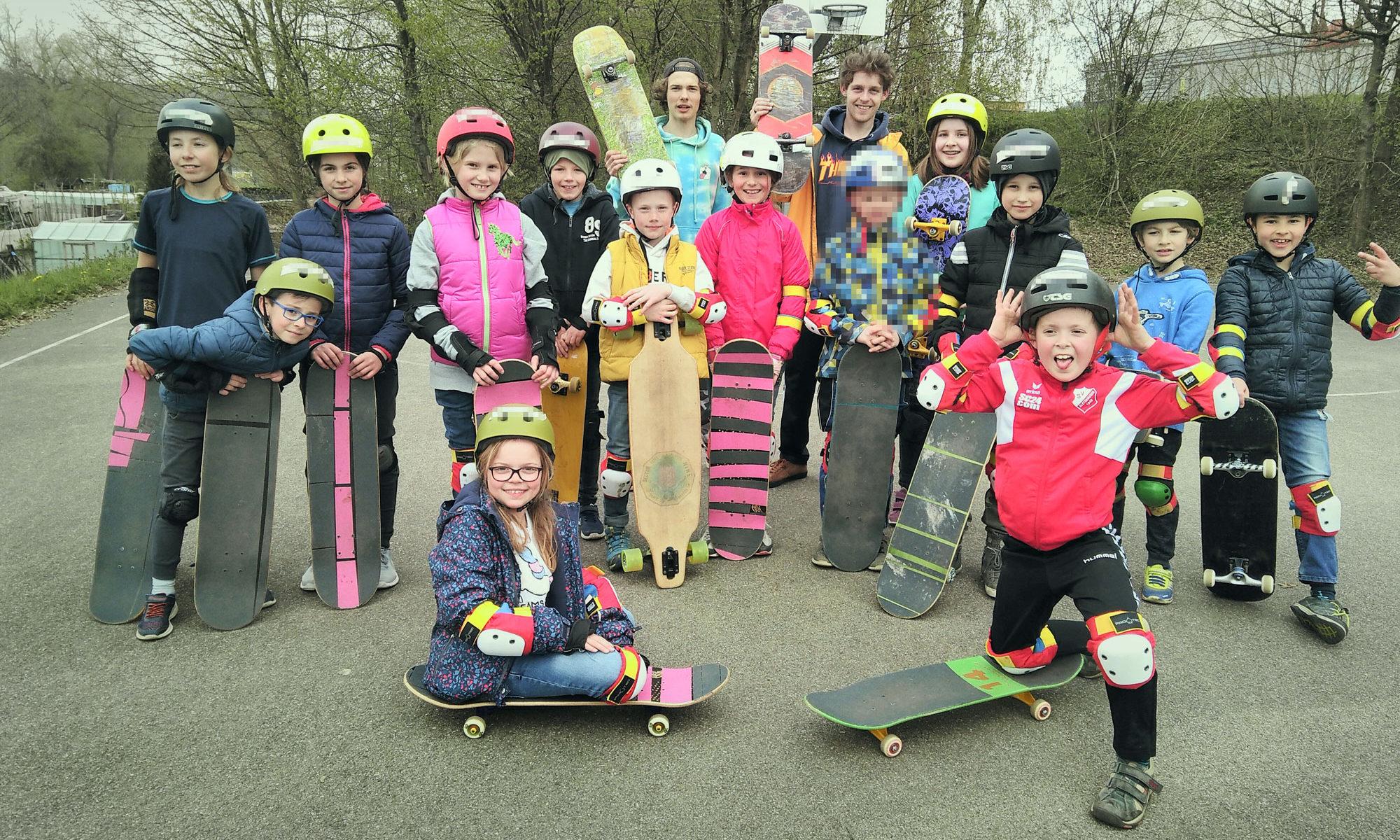 Skateboardworkshop in Krumbach am JuZe. Der marode Skatepark wurde vor 3 Jahren abgerissen, hoffentlich fällt der Bescheid zur Förderung positiv aus und ein Spatenstich 2020 könnte möglich sein. Sonst bleibt den Kindern und Jugendlichen nur die Straße.